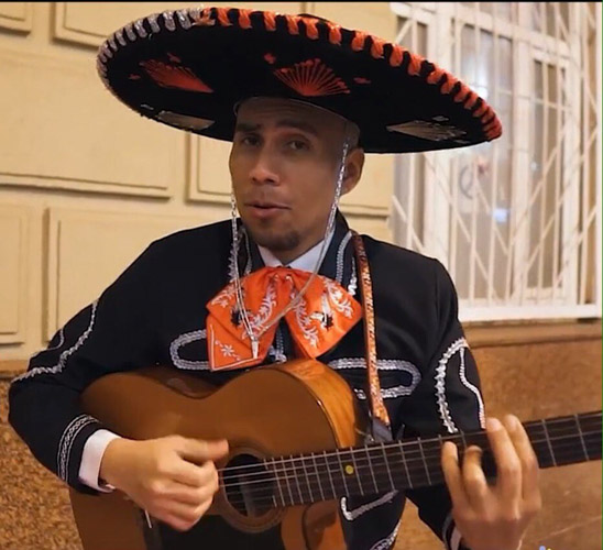 Мексиканец с гитарой и в костюме на праздник